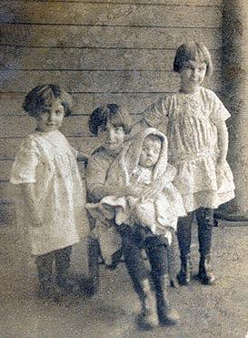 Photo of Ollie, Helen (holding Dot), and Mary Caris, about 1917 in Birmingham, Alabama