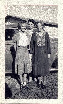 Picture of Helen, Mary S., and Hilda Willis in Fort Pierce, Florida about 1940