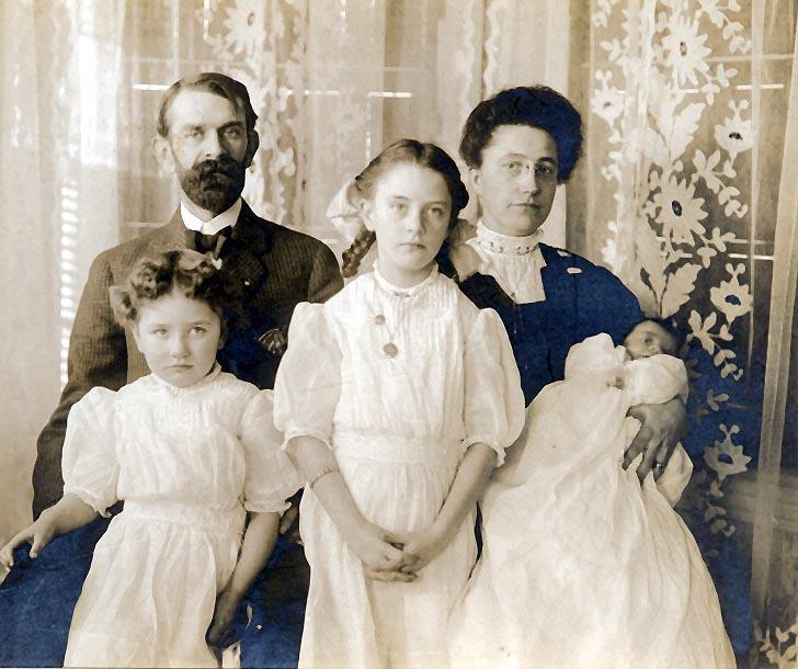 Picture of Frank H. Willis and wife Rosie Willis, with children Marion, Ruth, and Esther